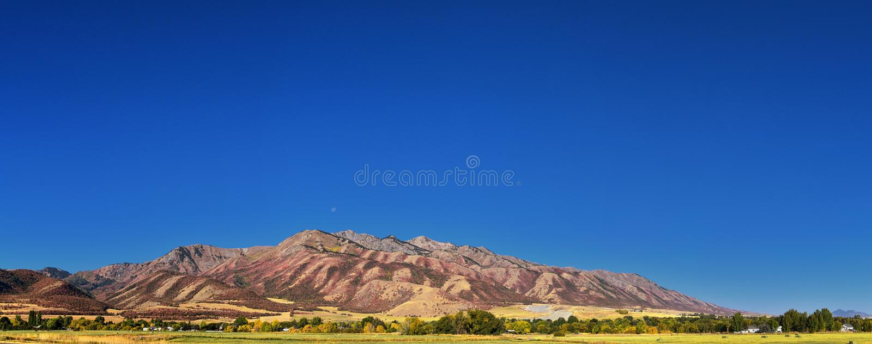 摇石谷风景视图包括韦尔斯维尔山、尼布理、Hyrum、上帝和学院病区镇,犹他州的家 免版税库存照片