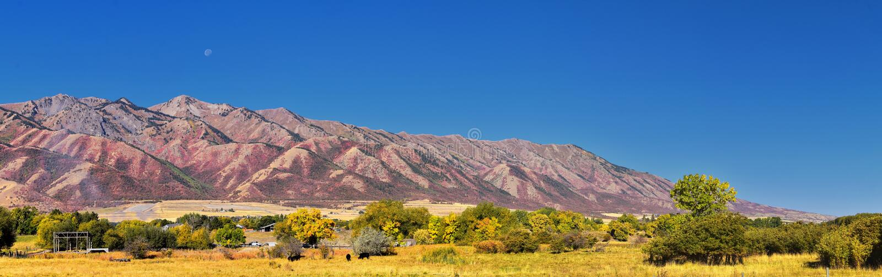 摇石谷风景视图包括韦尔斯维尔山、尼布理、Hyrum、上帝和学院病区镇,犹他州的家 库存图片