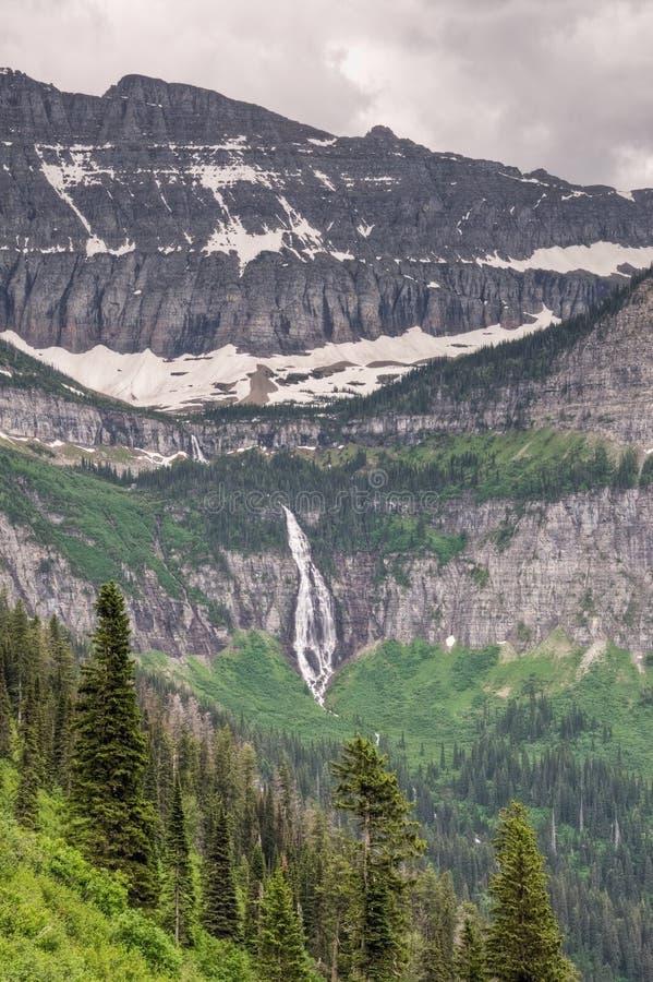 摇石通过瀑布 库存照片