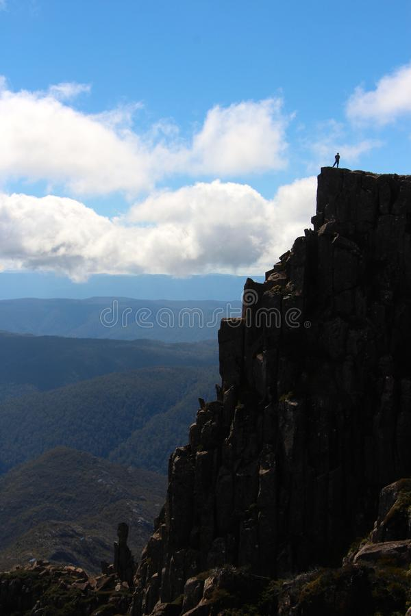 摇篮山峰顶的孤立远足者  库存图片