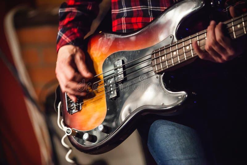摇滚乐背景,低音吉他球员 免版税库存图片