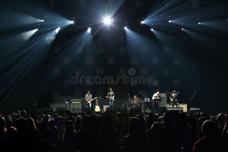 摇滚乐队在阶段的DAUGHTRY小组前面执行 库存照片