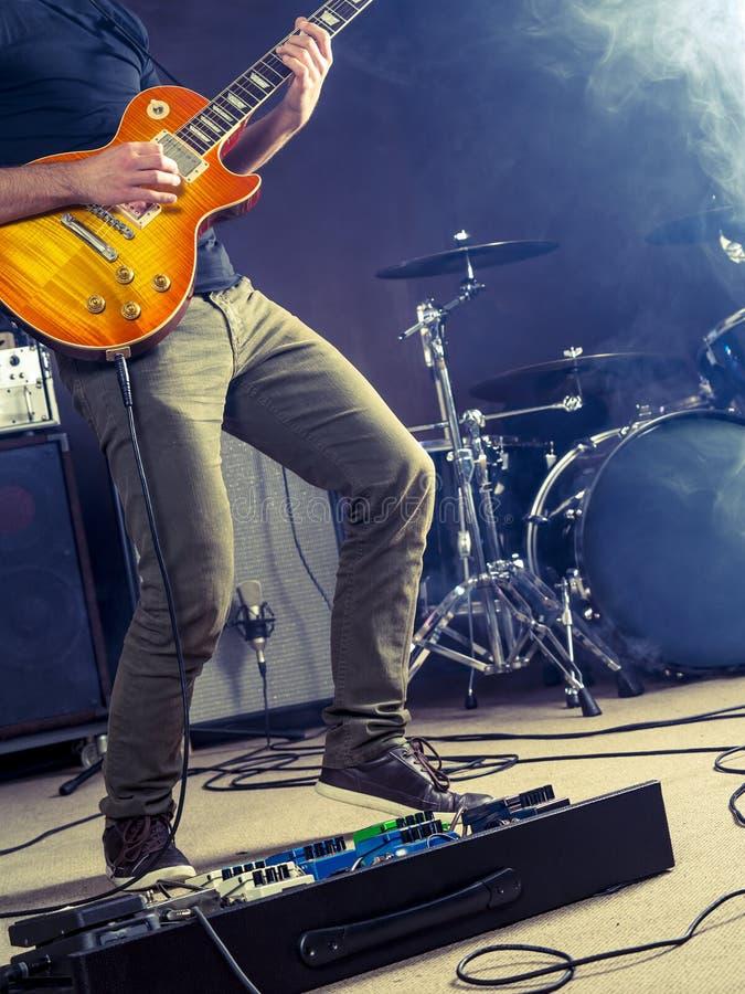 摇滚乐阶段的吉他演奏员 免版税库存图片
