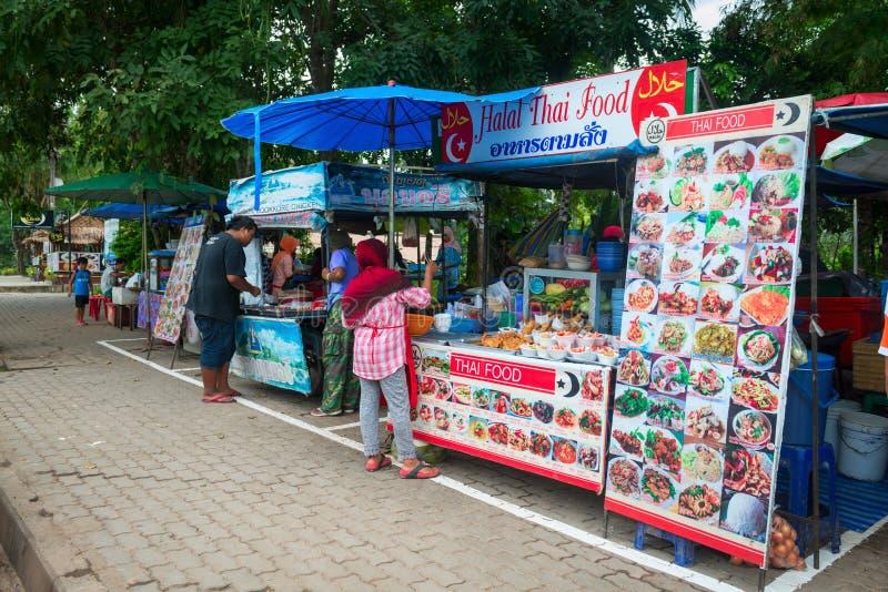 摊位用希拉勒回教泰国食物 免版税库存图片