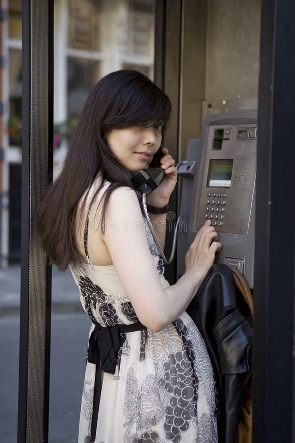 摊应召女郎微笑的电话 免版税库存图片