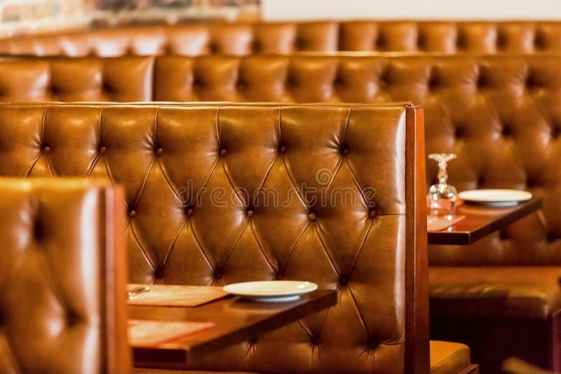 摊样式与内部的布朗的餐馆吃饭的客人内部  图库摄影