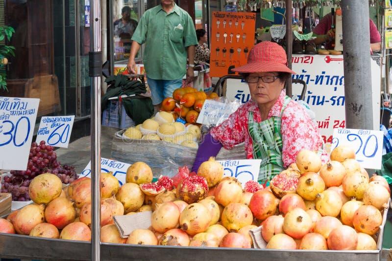 摊贩在曼谷,卖pomegrantaes和其他果子的泰国 免版税库存图片