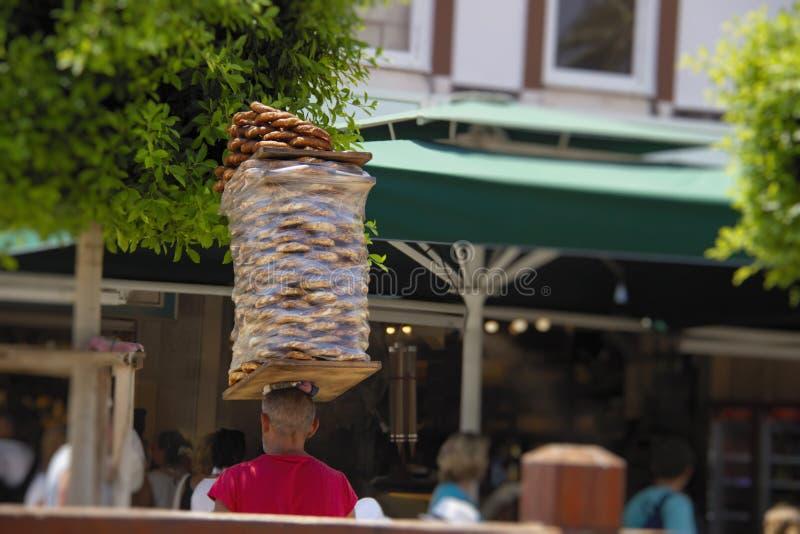 摊贩运载堆在他的头的百吉卷simit 西米特是传统土耳其berakfast快餐,非常普遍在土耳其 免版税库存图片