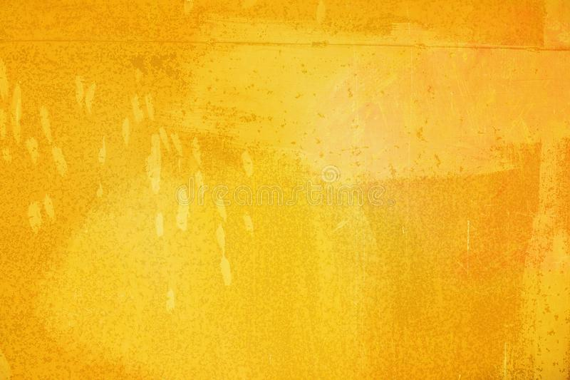摘要明亮的黄色表面有在图形设计的背景绘的一把刷子 免版税库存图片