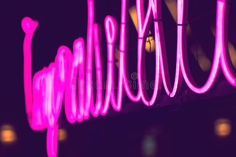 摘要桃红色霓虹灯广告有被弄脏的氖灯光背景 图库摄影
