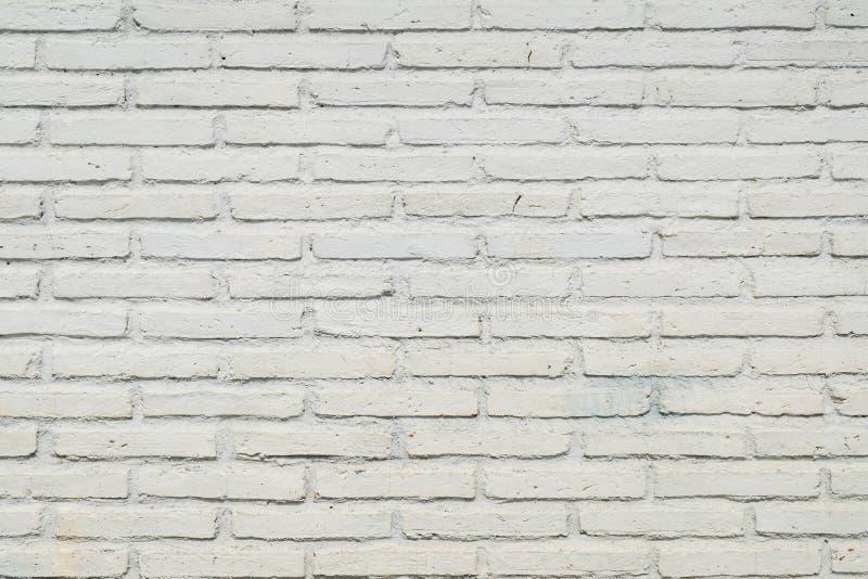摘要浅灰色被风化的纹理被弄脏的老的灰泥 免版税库存照片