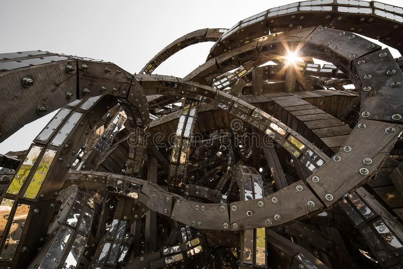 摘要现代未来建筑学 木头螺旋,连接由金属 结构几何 库存图片