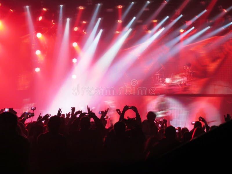 摘要被弄脏的图象 拥挤在娱乐公开音乐会期间一场演奏 在乐趣区域人的手爱好者 免版税库存照片