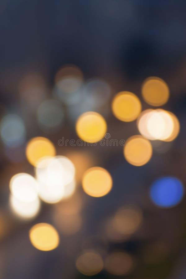 摘要被弄脏的夜城市光 迷离背景概念 都市风景迷离在蓝色小时 迷离墙纸概念 模糊在附近 库存图片
