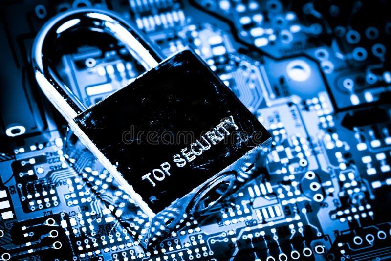 摘要,关闭在Mainboard电子计算机背景的锁 最佳的互联网上面安全 免版税库存照片