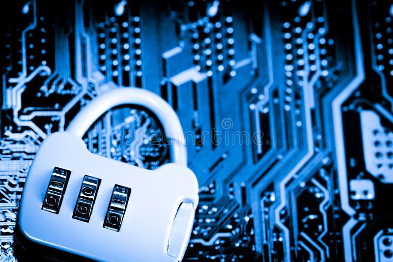 摘要,关闭在Mainboard电子计算机背景的锁 最佳的互联网上面安全 库存图片