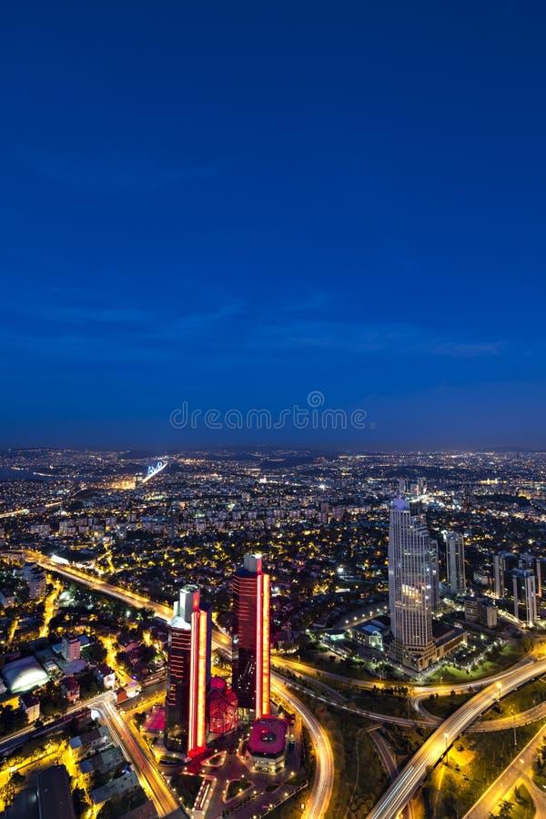 摩天大楼、Bosphorus和桥梁在晚上,伊斯坦布尔 库存图片