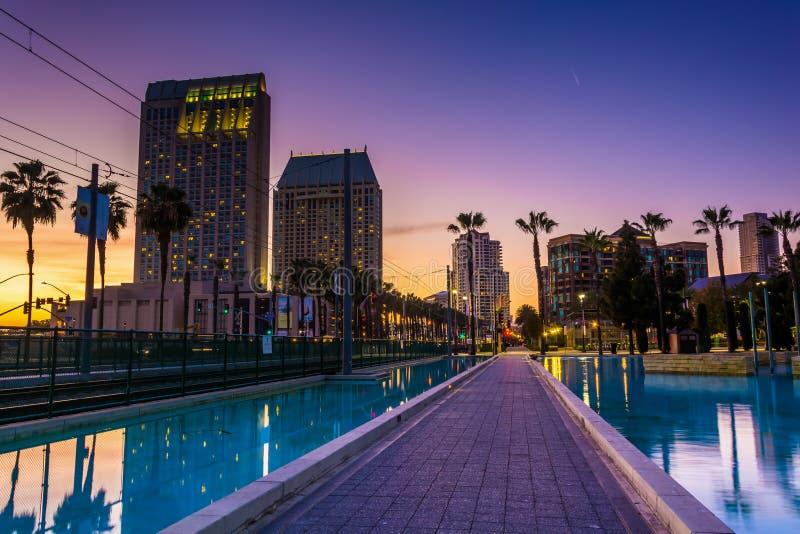 摩天大楼和儿童的池塘日落的,在圣地亚哥, Cal 免版税库存照片