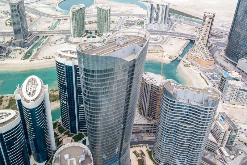 摩天大楼和塔在城市-阿布扎比Al Reem海岛塔空中寄生虫射击  库存照片