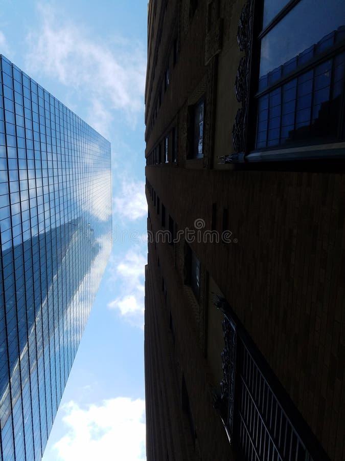 摩天大楼和天空从下面 免版税库存照片