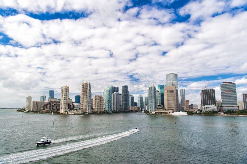 摩天大楼和天蓝色的海洋水 必须看吸引力 迈阿密有大西洋江边标示用小游艇船坞 库存照片