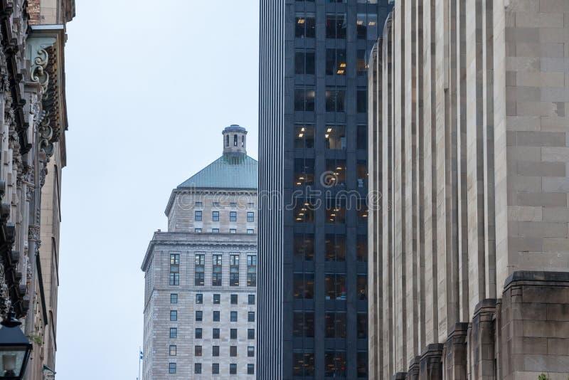 摩天大楼和更旧的大厦在老蒙特利尔Vieux蒙特利尔,魁北克,黄昏的加拿大 老蒙特利尔是其中一个最旧的零件 库存图片