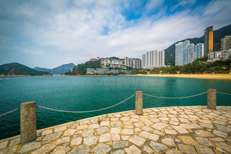 摩天大楼和海滩看法从一个码头在浅水湾,在Hon 免版税库存图片