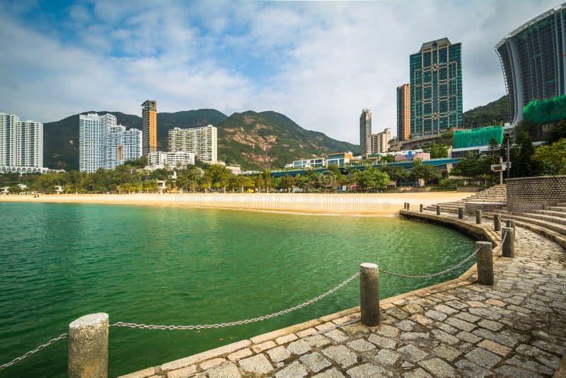 摩天大楼和海滩看法从一个码头在浅水湾,在Hon 免版税库存照片