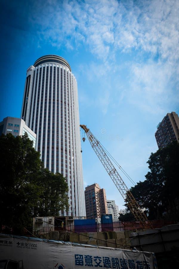 摩天大楼和起重机在香港 免版税图库摄影