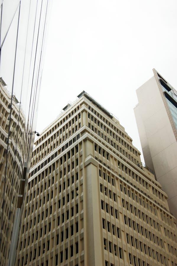 摩天大楼在与玻璃墙的另一个大厦反射 免版税库存照片