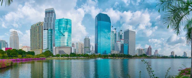 摩天大楼在曼谷。从Lumpini公园的看法 免版税图库摄影