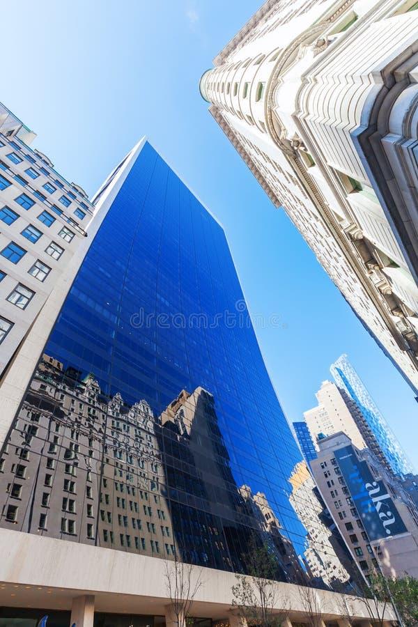 摩天大楼在有一个弯曲的玻璃门面的曼哈顿 库存图片