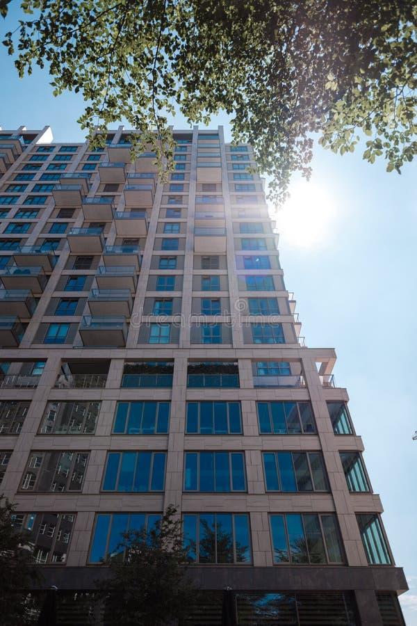 摩天大楼在海牙,荷兰从下面被拍摄 太阳在窗口里反射 免版税库存图片