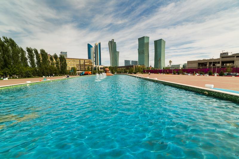 摩天大楼在阿斯塔纳的中部 在前景的喷泉 卡扎克斯坦 库存照片