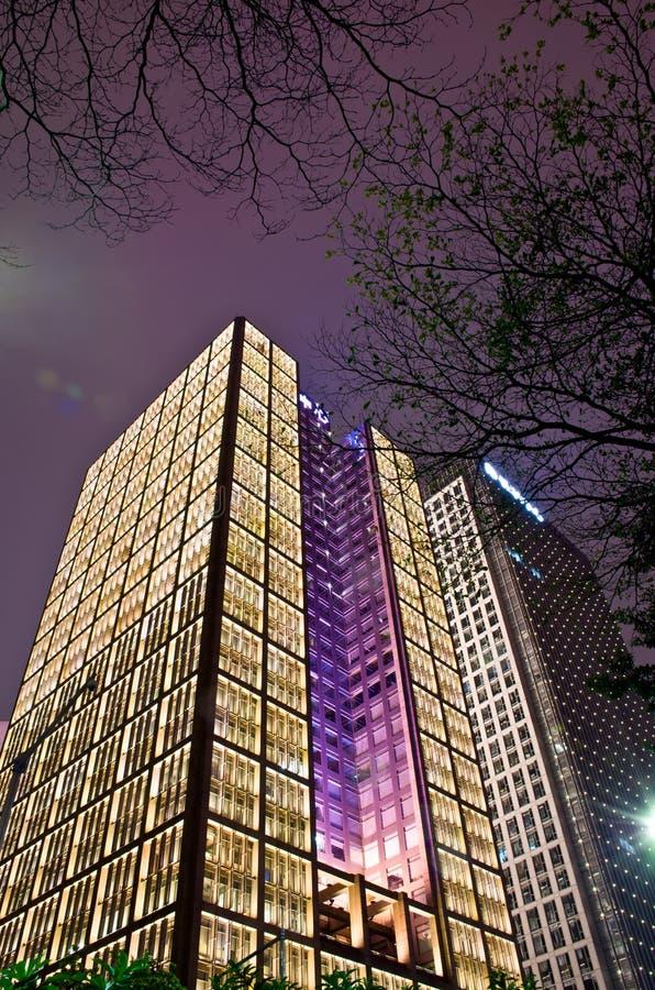摩天大楼夜场面 免版税库存图片