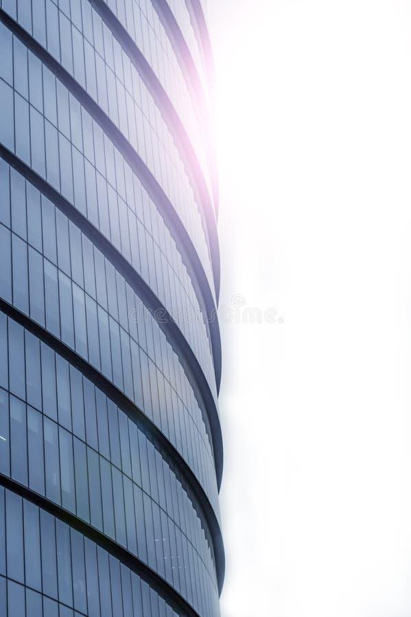 摩天大楼窗口 反对天空的营业所 公司大厦在城市 免版税库存照片