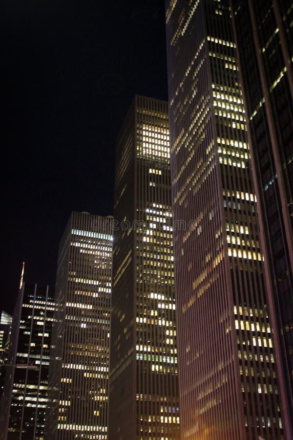 摩天大楼连续在夜,芝加哥,伊利诺伊,美国之前 免版税库存照片