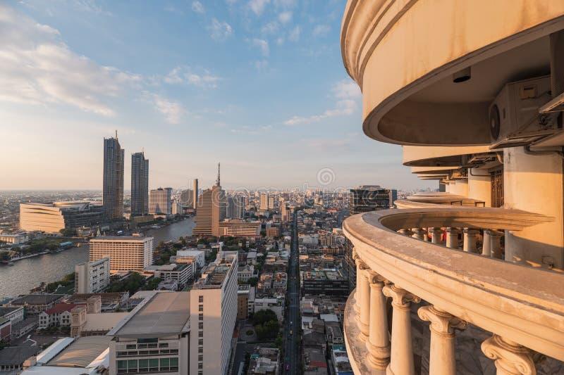 摩天大楼都市风景在有旅馆大阳台的街市日落的 库存图片