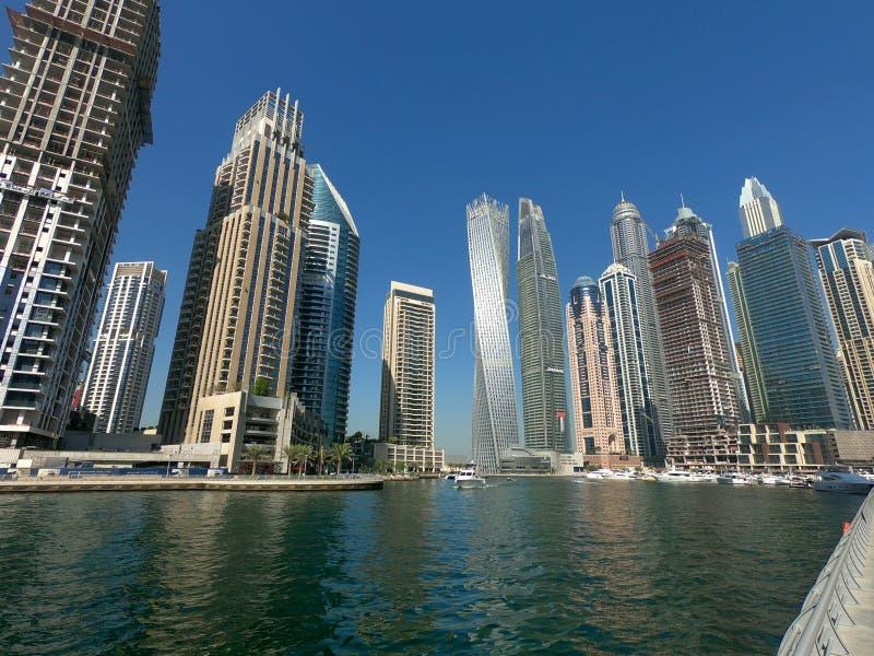 摩天大楼,在迪拜小游艇船坞地平线看见的居民住房 免版税图库摄影