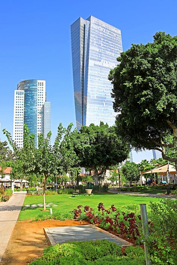 摩天大楼AfiSquare塔看法左和Azrieli Sarona从Sarona露天商业中心的塔在特拉维夫 免版税库存照片