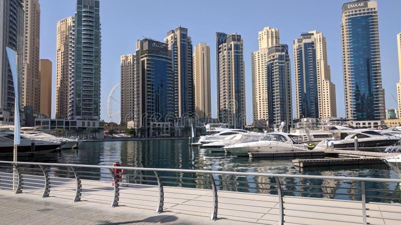摩天大楼Lanscape视图从迪拜小游艇船坞和豪华的乘快艇 免版税库存图片