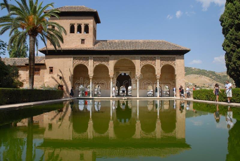 摩尔人建筑学和庭院在阿尔罕布拉宫殿,西班牙 免版税库存照片
