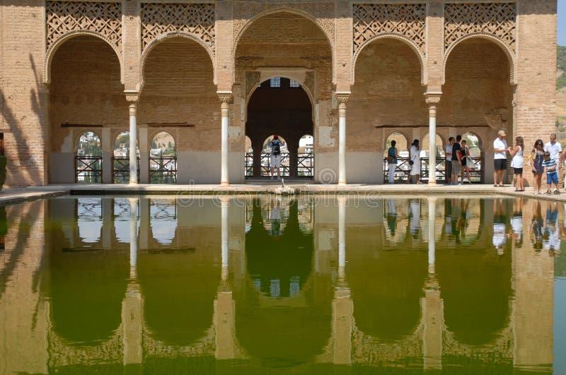 摩尔人建筑学和庭院在阿尔罕布拉宫殿,西班牙 免版税图库摄影