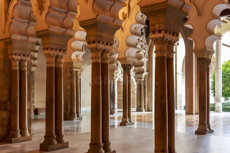摩尔人Taifa面对庭院的北边大厅在Aljaferia宫殿 免版税图库摄影