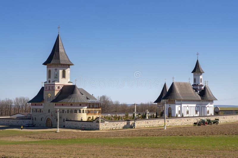 摩尔达维亚的Zosin修道院在一好日子在春天 宽看法 库存图片