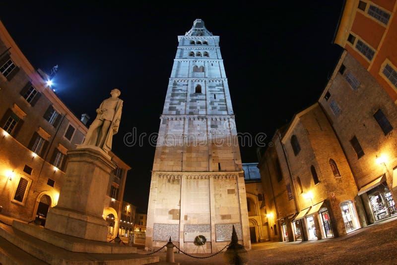 摩德纳,伊米莉亚罗马甘,意大利,与亚历山德罗塔索尼纪念碑,联合国科教文组织的Ghirlandina塔 库存图片