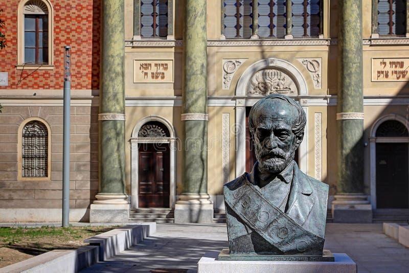 摩德纳,伊米莉亚罗马甘,意大利,与朱塞佩・马志尼古铜色胸象的广场马志尼 图库摄影
