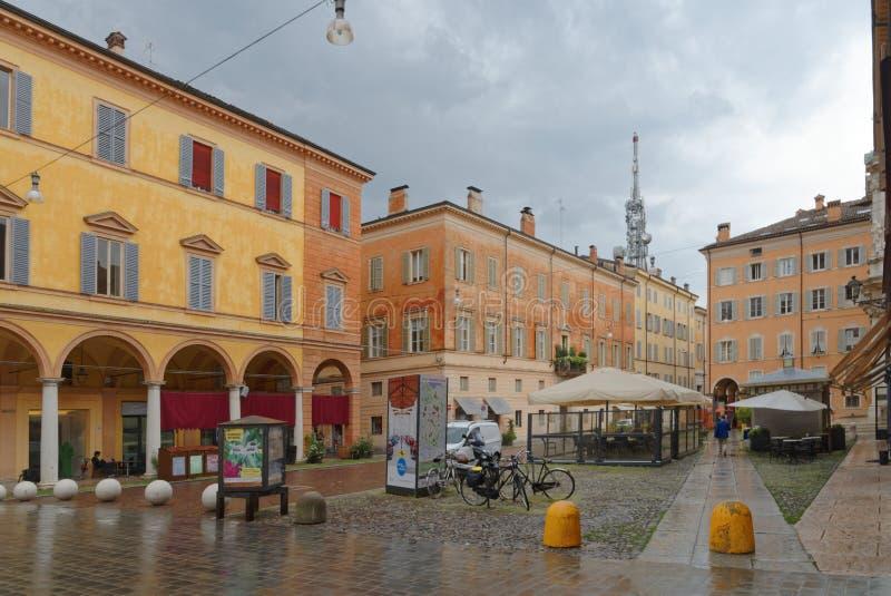 摩德纳,意大利:五颜六色的市中心大厦在一个雨天 免版税库存图片