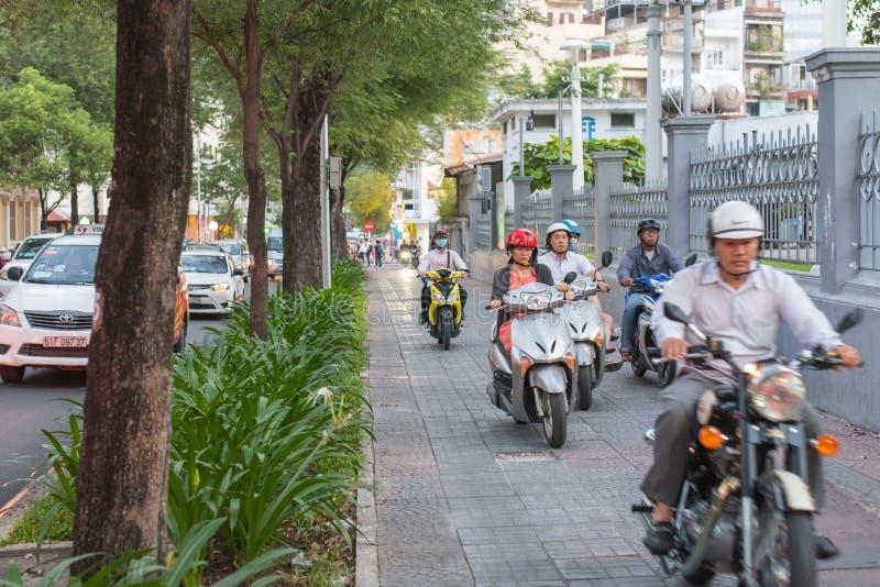 摩托车在边路驾驶在胡志明市 库存照片