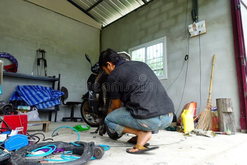 摩托车安装工 免版税库存照片